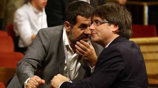Jordi Sánchez susurra en el oído de Carles Puigdemont en una imagen de archivo