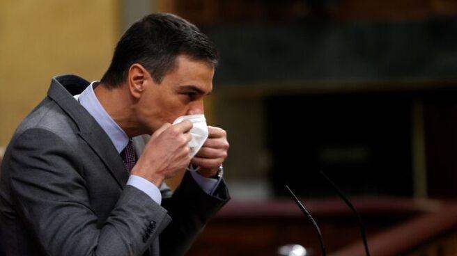 Sánchez se quita la mascarilla antes de intervenir en el Congreso