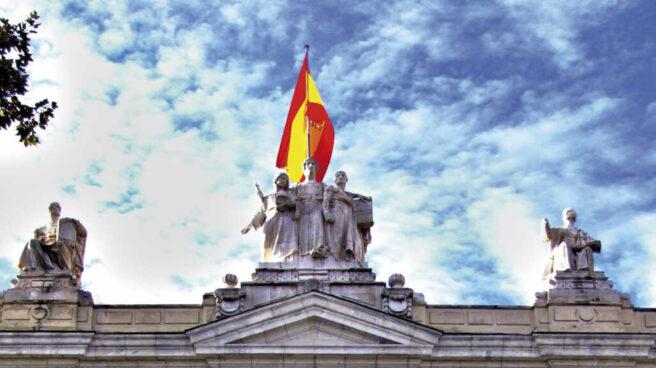 Imagen vertical de la fachada del Tribunal Supremo.