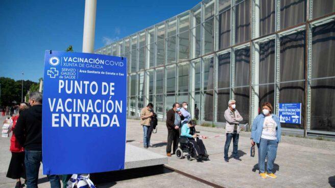 Varias personas hacen cola antes de entrar a vacunarse en ExpoCoruña en A Coruña