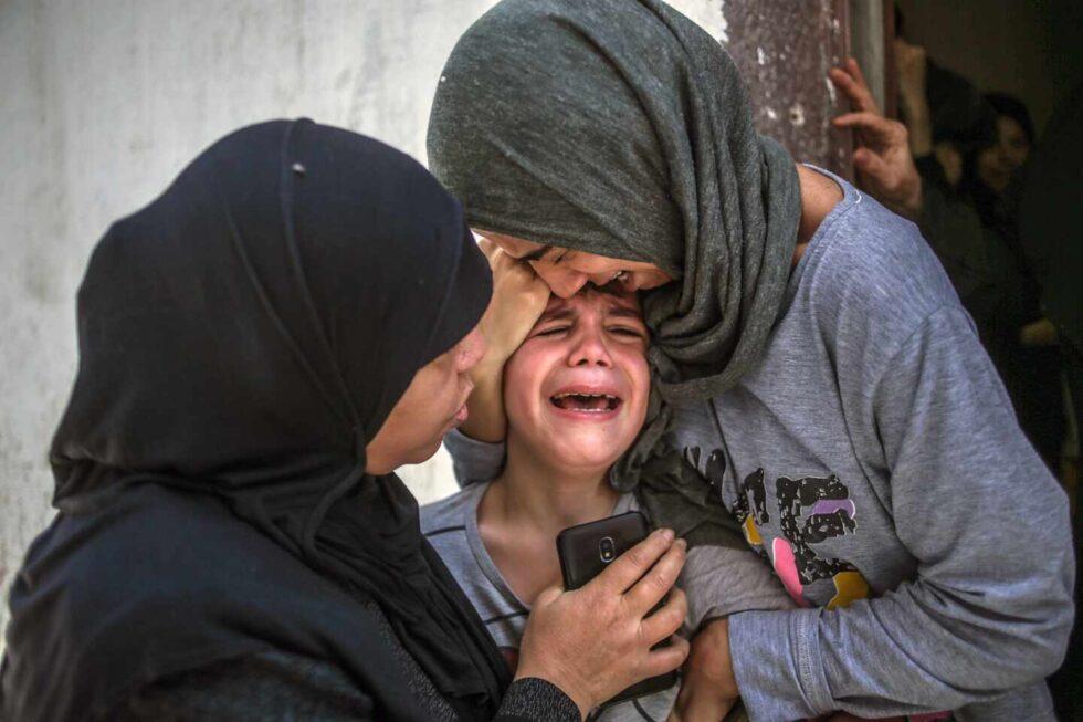 Una familia de palestinos llora la muerte de un niño de 15 años por los ataques israelíes