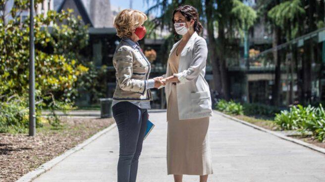 La expresidenta madrileña Esperanza Aguirre (i) , acompañada por la presidenta de la Comunidad de Madrid, Isabel Díaz Ayuso