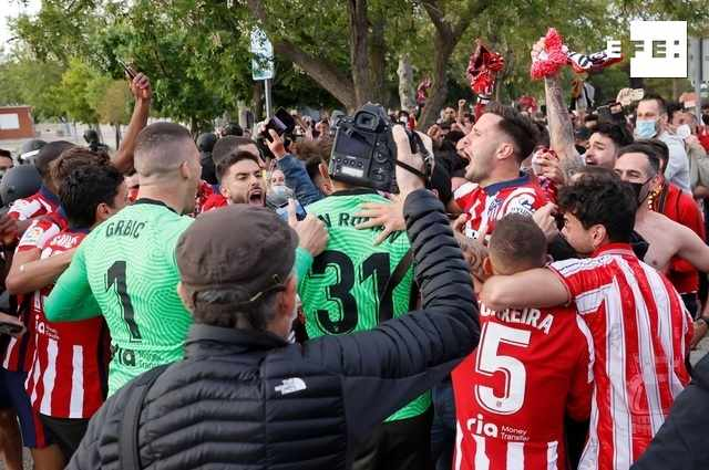 Los juagdores del Atlético de Madrid celebran el título con los aficionados.
