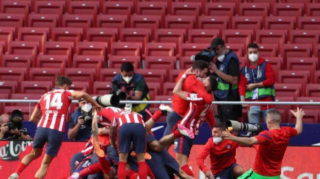 El Atlético de Madrid celebra el gol de la victoria de Luis Suárez contra el Osasuna.