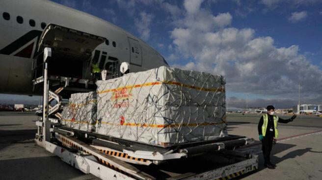 Operarios de Barajas descargan un avión procedente de China con material sanitario en abril de 2020.