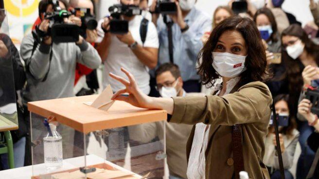 La presidenta de la Comunidad de Madrid, Isabel Díaz Ayuso, vota en las elecciones del 4-M.