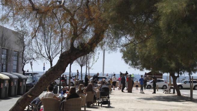Varias personas en la terraza de un bar en Mallorca (Islas Baleares)