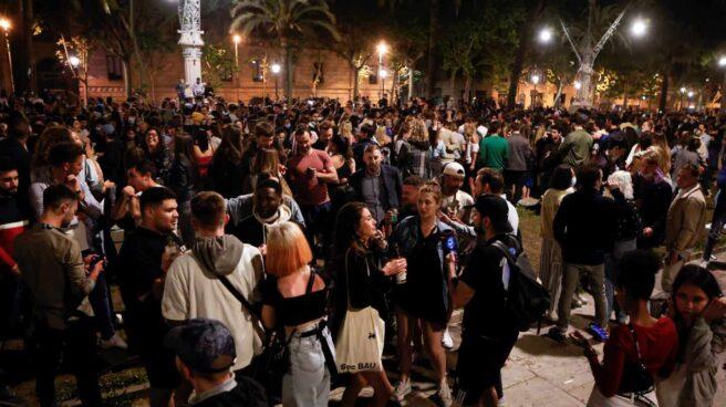Imagen del Passeig Lluis Companys de Barcelona donde cientos de personas se concentran tras el fin del estado de alarma