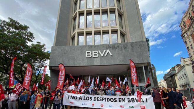 Empleados de BBVA ante una de las sedes del banco se concentran contra el ERE