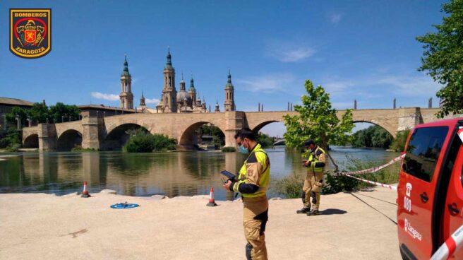Bomberos buscan a un joven desaparecido en el río Ebro en Zaragoza.