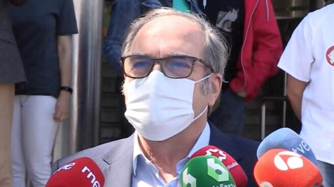 El candidato del PSOE a la Comunidad de Madrid, Ángel Gabilondo, sale del hospital Ramón y Cajal de Madrid.