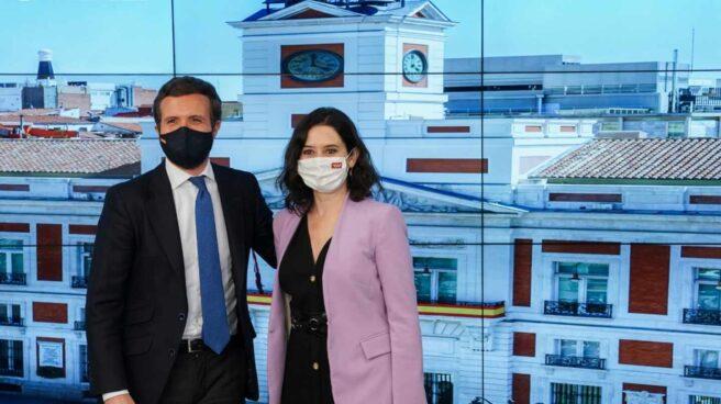 El presidente del PP, Pablo Casado, posa junto a Isabel Díaz Ayuso en la reunión del Comité Ejecutivo.