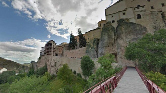 Vista desde el puente que precede el acceso peatonal a las casas colgantes de Cuenca