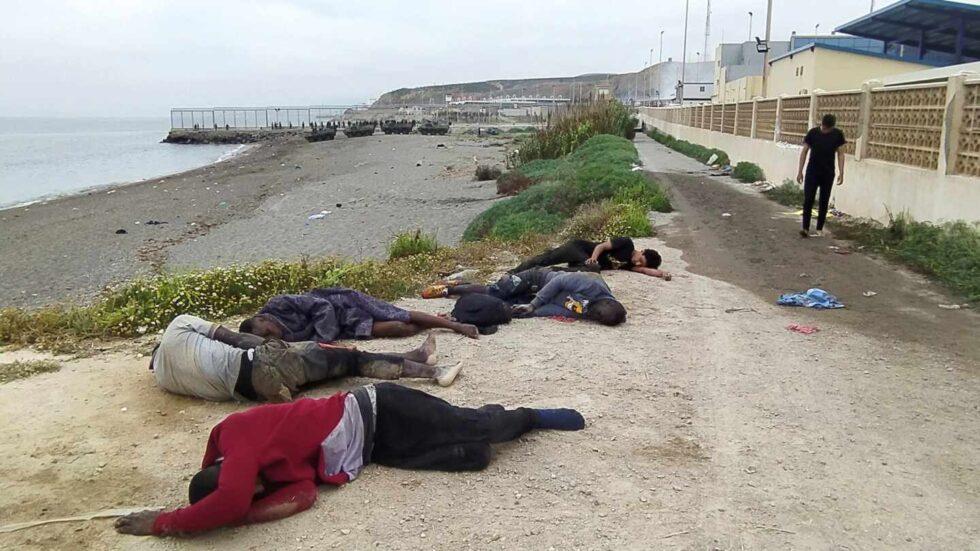 Un grupo de inmigrantes tras su llegada este martes a uno de los espigones fronterizos de Ceuta