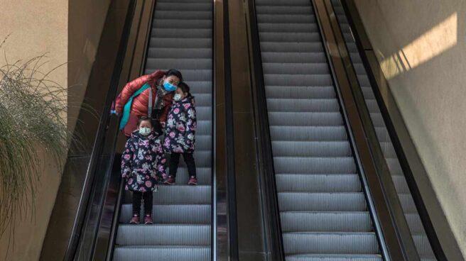Una mujer, con sus dos hijas en un centro comercial de China.