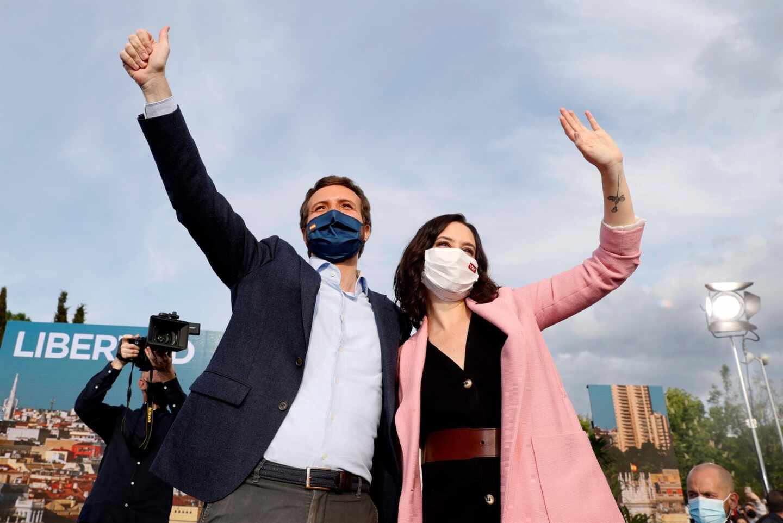El presidente del PP, Pablo Casado; y la candidata del PP, Isabel Díaz Ayuso, en el acto de cierre de campaña.