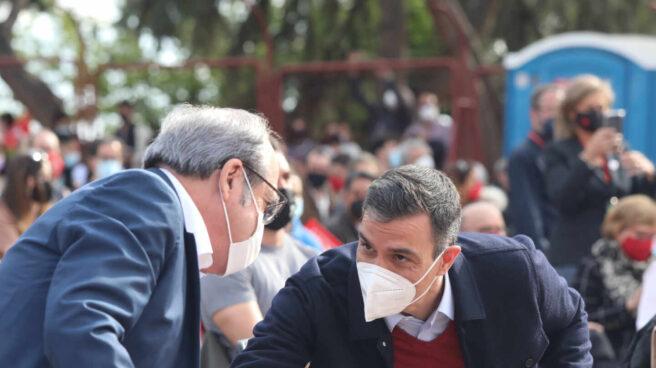 Pedro Sánchez y Ángel Gabilondo, en el mitin final de campaña del PSOE.