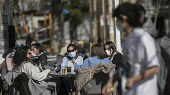 Cuatro personas en la terraza de un bar en Sevilla (Andalucía).