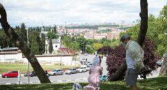 Un padre y su hija, junto a la ermita de San Isidro en Madrid este fin de semana.