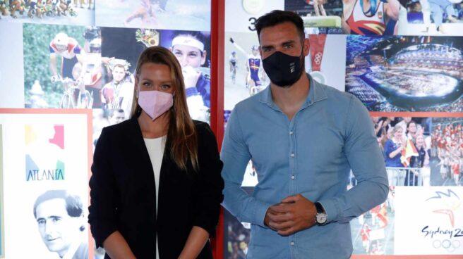 La nadadora Mireia Belmonte y el piragüista Saúl Craviotto en la sede del Comité Olímpico Español en Madrid