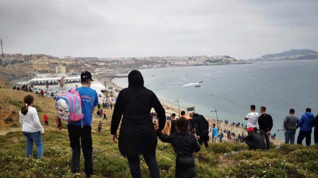 Cientos de personas continúan dirigiéndose este martes desde la localidad de Fnideq (Castillejos) para cruzar hacia Ceuta