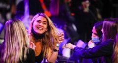 Un grupo de personas participa en un ensayo clínico con 400 personas sin distancia en bares musicales en Sitges (Barcelona)