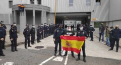 Ángel H.S., de paisano tras la bandera, durante la despedida en la comisaría coruñesa de Lonzas.