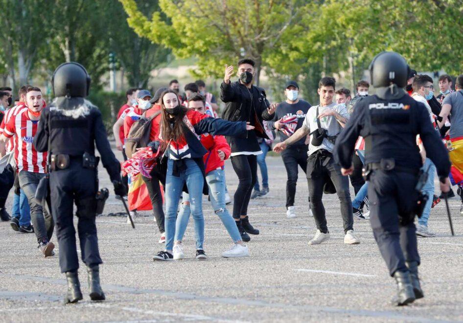 Algunos altercados durante la celebración de la afición del Atlético de Madrid, junto al estadio José Zorrilla