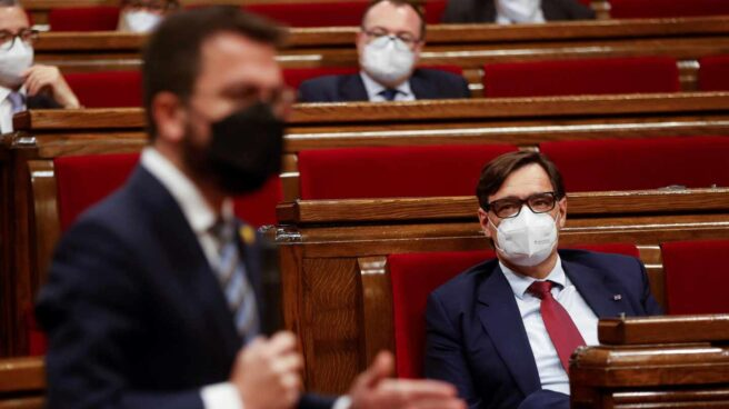 Salvador Illa escucha una intervención de Pere Aragonès en el Parlament de Cataluña.