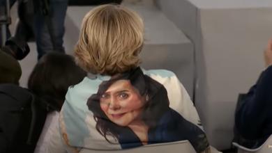 Esperanza Aguirre asiste al cierre de campaña del PP con un pañuelo con el retrato de Ayuso