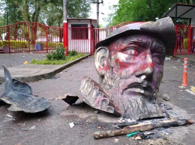 Un grupo de jóvenes destruye la estatua del conquistador español Andrés López de Galarza en Colombia