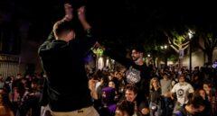 Jóvenes de fiesta el sábado por la noche en Barcelona, tras el fin del estado de alarma.