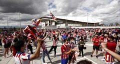 Aficionados en los alrededores del estadio Wanda Metropolitano antes del partido del Atlético de Madrid frente a Osasuna