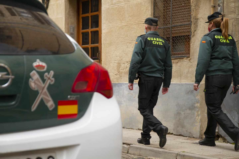 Dos agentes de la Guardia Civil, de servicio en Haro (La Rioja).