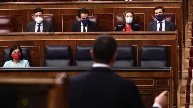 El presidente del Gobierno, Pedro Sánchez, se dirige al líder de la oposición, Pablo Casado, en el Congreso.