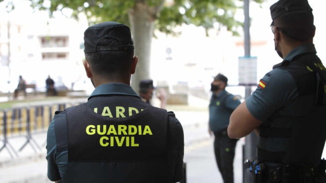 Dos agentes de la Guardia Civil, en acto de servicio en Mallorca.