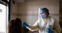 Una mujer se somete a una prueba de antígenos en un dispositivo de cribado masivo instalado en el centro de salud.