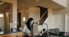 Mujer en un hogar sostenible
