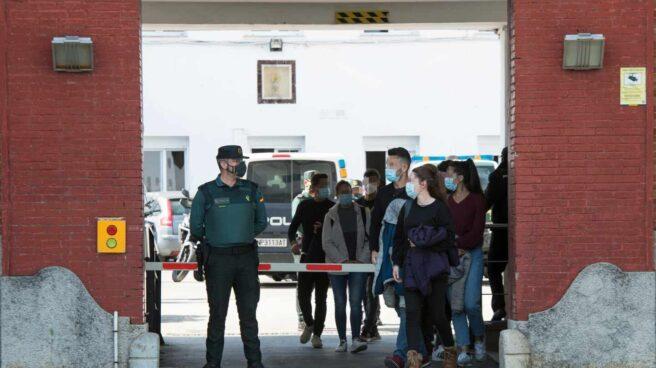 Agentes de Policía Nacional salen de la Comandancia de la Guardia Civil de Girona, este lunes, tras vacunarse.