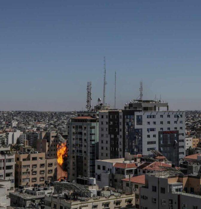 Israel derriba el edificio desde el que operaban Al Jazeera y Associated Press en Gaza