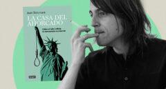 Imagen del libro la Casa del ahorcado junto a su autor, Juan Soto Ivars