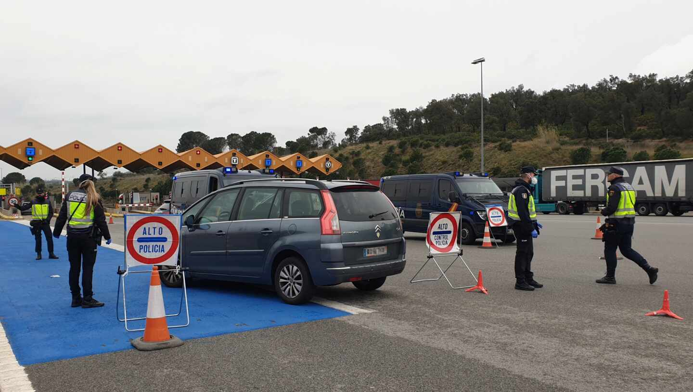 Policías nacionales, en un control en La Junquera (Girona) durante el primer estado de alarma por la covid-19.