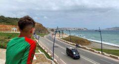 Un joven marroquí observa Ceuta desde el otro lado de la frontera.