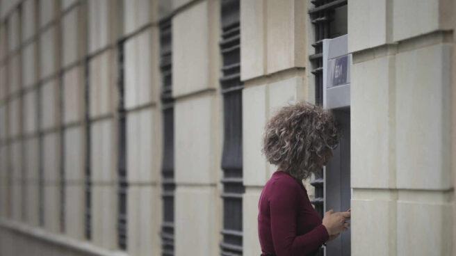 Una mujer en un cajero automático en una imagen de archivo.