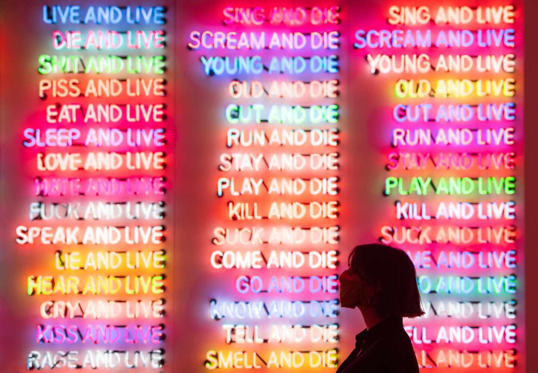 Pieza del artista Bruce Nauman en Tate Modern, Londres