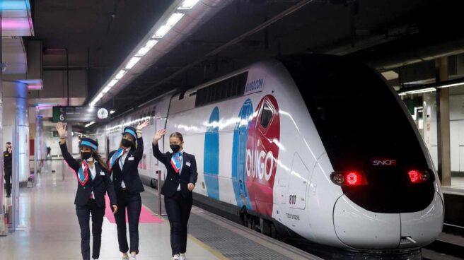 Azafatas de Ouigo en el viaje inaugural de la compañía en España.