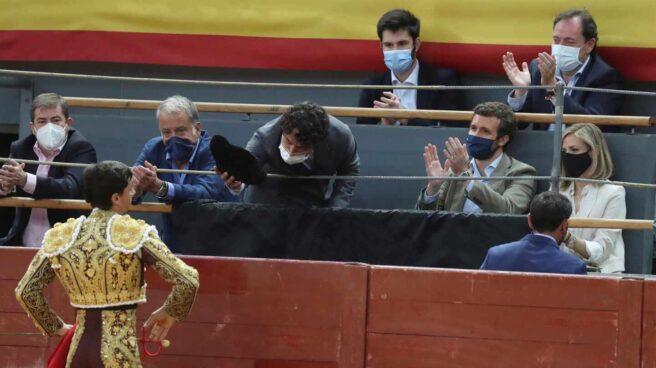 El torero Paco Ureña, durante su brindis frente al líder del PP, Pablo Casado, en la corrida de toros de San Isidro en Vistalegre.