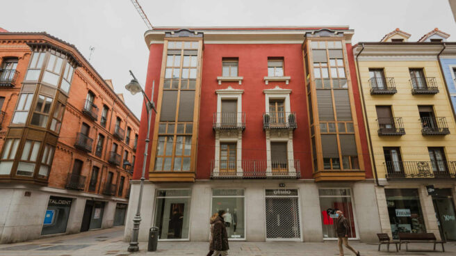 Personas pasean por una calle de Palencia.
