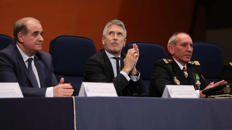El ministro Grande-Marlaska, flanqueado por Pardo Piqueras y el DAO de la Policía, José Ángel González.
