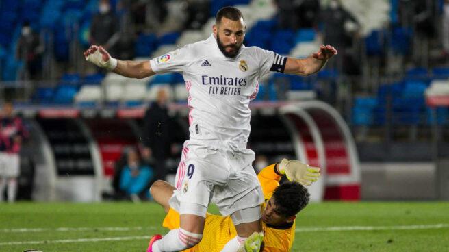 Karim Benzema, derribado por el portero del Sevilla durante la última jornada de Liga.